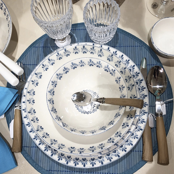 Assiettes-couverts-de-table-bleu
